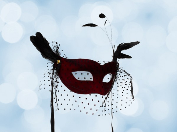 Costume mask in red with voile