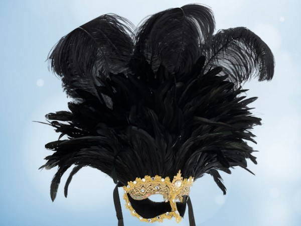 Grand mask with black feathers